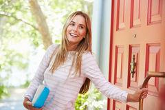 jovem-mulher-que-sae-em-casa-para-o-trabalho-com-o-almoc3a7o-embalado-59716021
